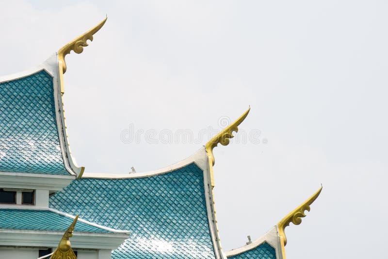 Малые шпили выступающие из углы бортового †«голубой крыши щипца, представляя головы naga стоковые изображения