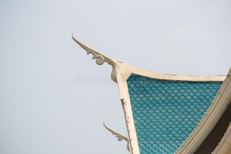 Малые шпили выступающие из углы бортового †«голубой крыши щипца, представляя головы naga стоковые изображения rf