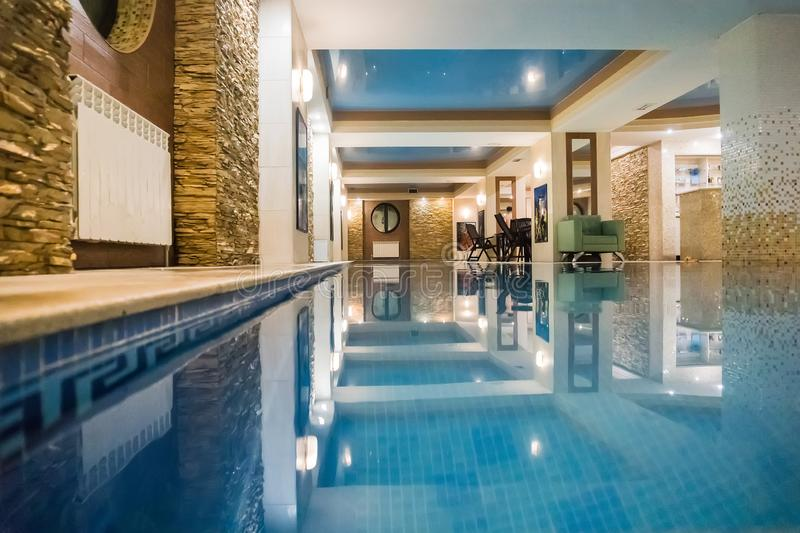 Малый бассейн в ванной комнате, сауне или санаторие Бассейн с голубой ясной прозрачной водой стоковые фото