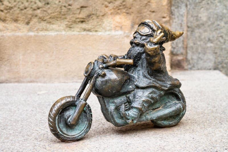 Малый бронзовый гном по имени - Wentyl статуи, гном-велосипедист на мотоцикле стоковые изображения