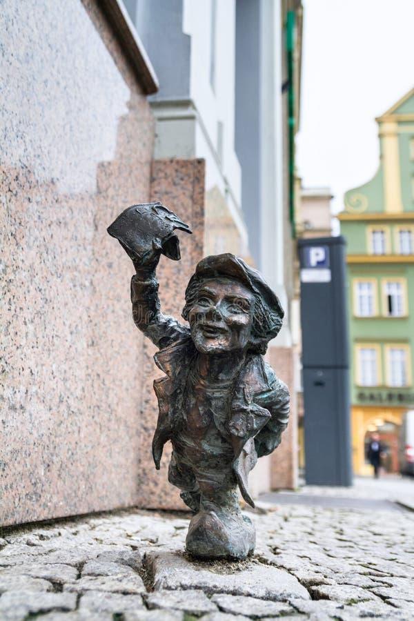Малый бронзовый гном статуи по имени - Ottus, гном бежит с листом бумаги стоковое фото rf