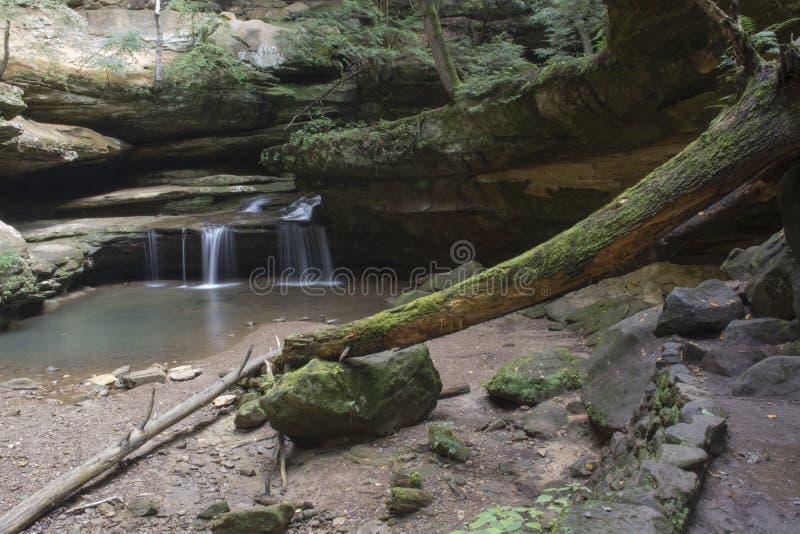 Малый водопад на пещере ` s старика стоковое фото rf