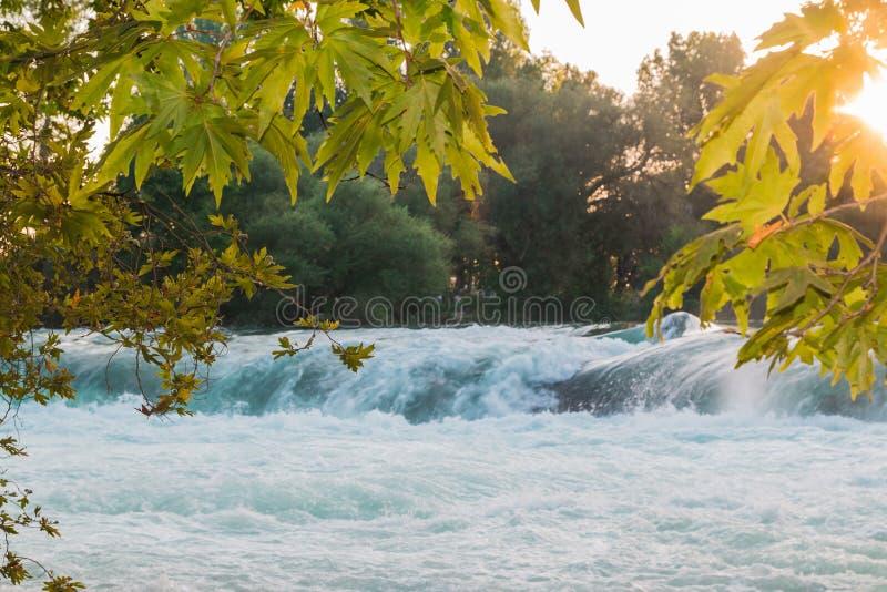 Малый водопад на реке загоренном по солнцу стоковые фото