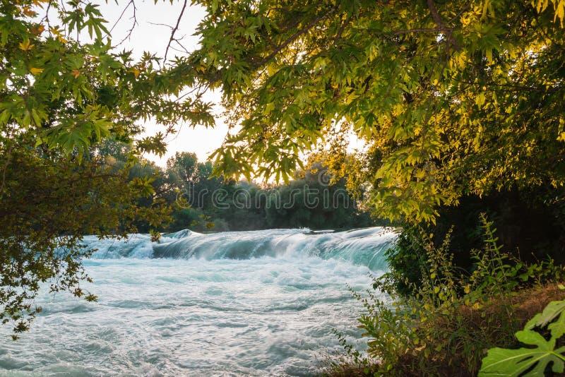 Малый водопад на реке загоренном по солнцу стоковая фотография