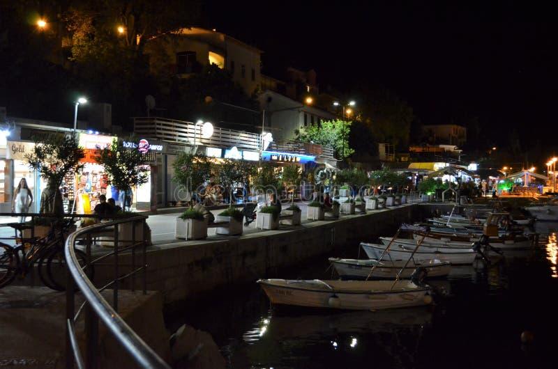 Малый док с шлюпками в Rabac в Хорватии в ноче стоковая фотография rf