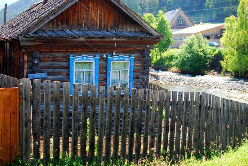 Малый дом в деревне с загородкой стоковое изображение