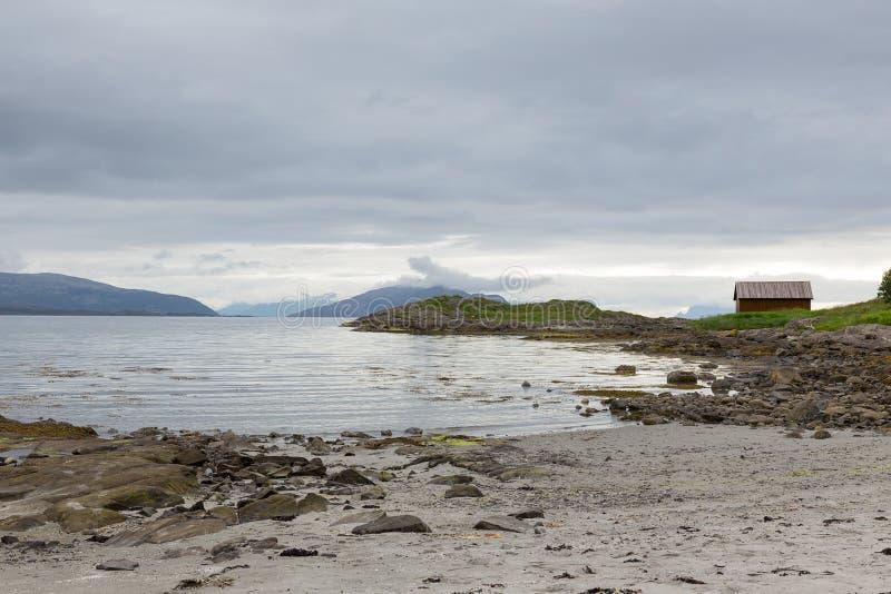 Малый залив с хатой на Lofoten, Nordland рыбной ловли, Норвегией стоковые фото
