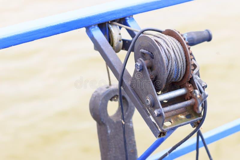 Малый корабль мотора носит механически ворот на борту стоковые изображения