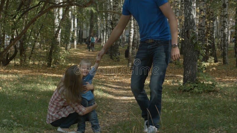 Малый мальчик бежать к нему мать ` s красивая жизнерадостно стоковое фото rf