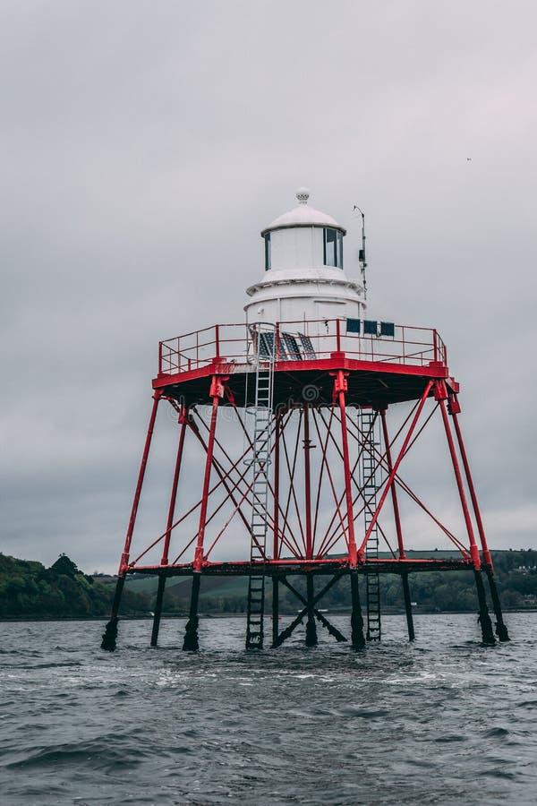Малый маяк в середине воды на береговой линии Cobh, пробочки графства стоковое изображение