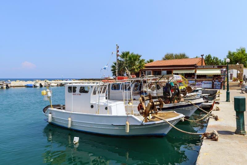 Малый морской порт с причаленными рыбацкими лодками на острове Родоса, Греции стоковые фотографии rf