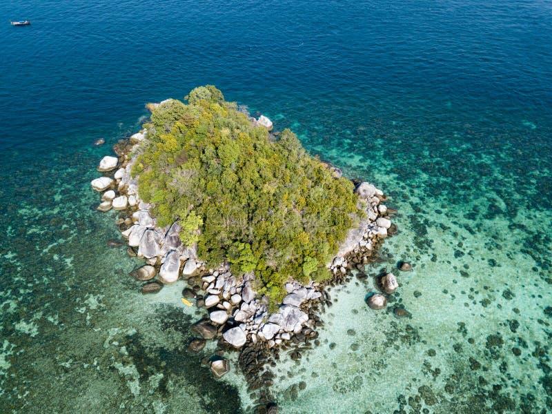 Малый остров около моря Andaman пляжа Lipe Koh увиденного от трутня стоковые изображения