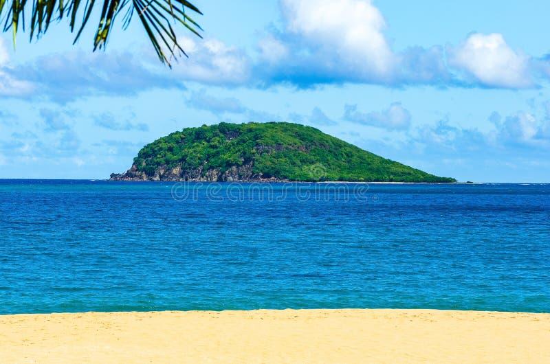 Малый остров с побережья Гваделупы, пляжа в переднем плане стоковые фото