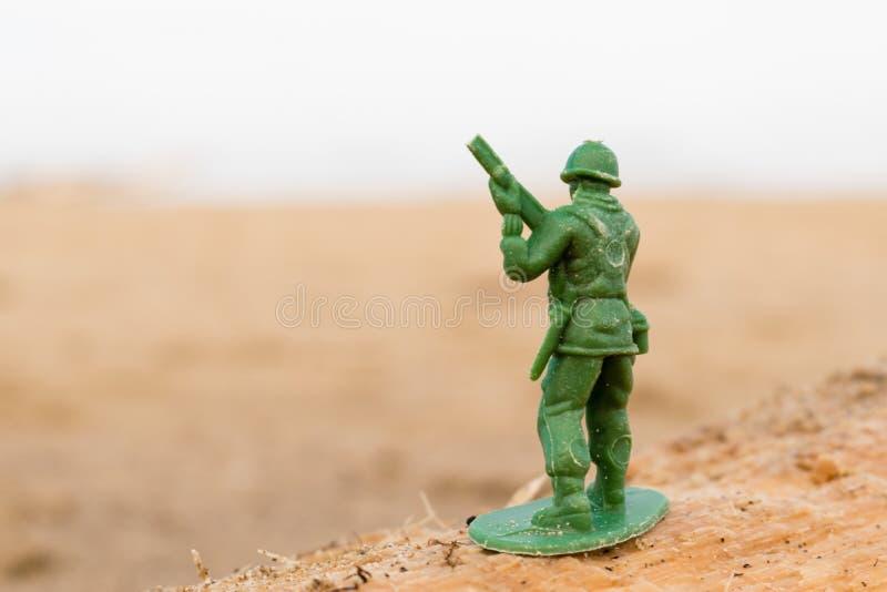 Малый пластичный солдат на хоботе на пляже стоковая фотография rf