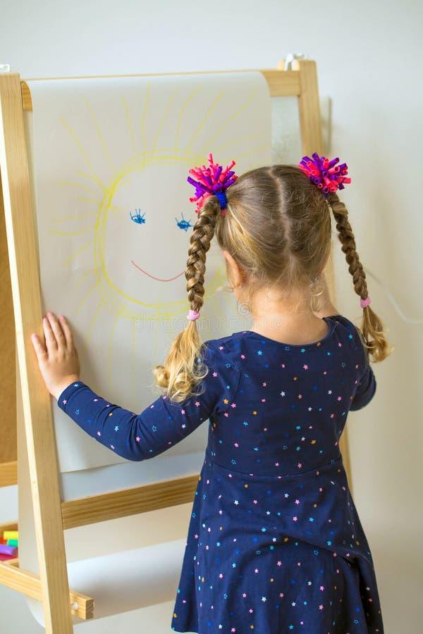 Малый ребенок покрасил солнце с улыбкой стоковые изображения rf