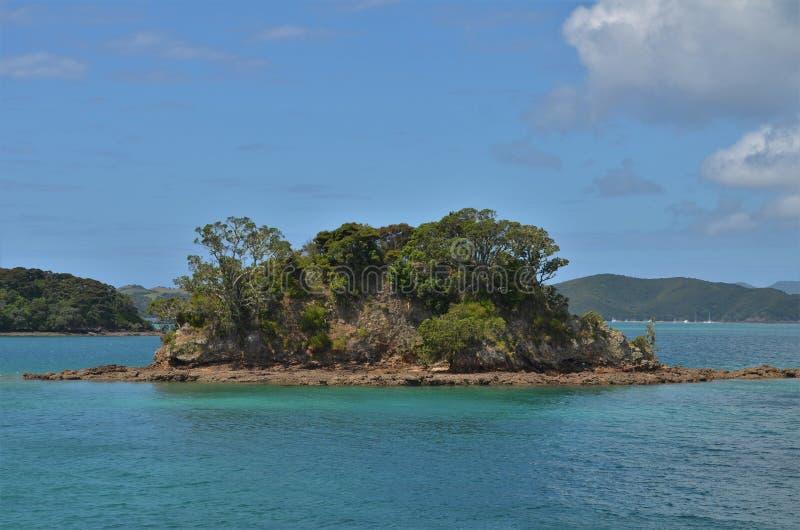 Малый сиротливый остров в голубом море стоковое фото rf