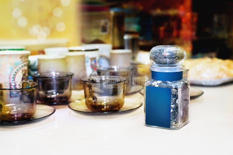 Малый стеклянный опарник с высушенным чаем стоковое изображение rf