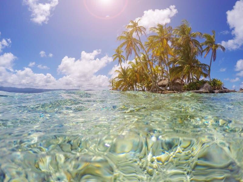 Малый тропический остров с пальмами - рай летних каникулов стоковое изображение