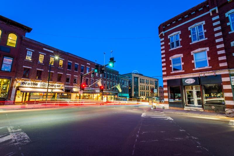 Малый уютный центр города Brattleboro, Вермонта на ноче стоковое изображение