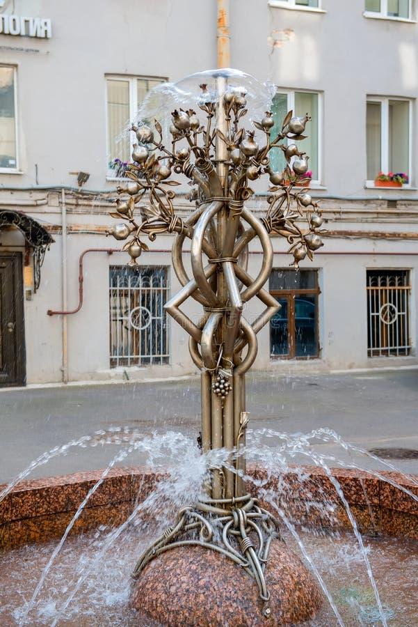 Малый фонтан в форме дерева гранатового дерева стоковое изображение rf