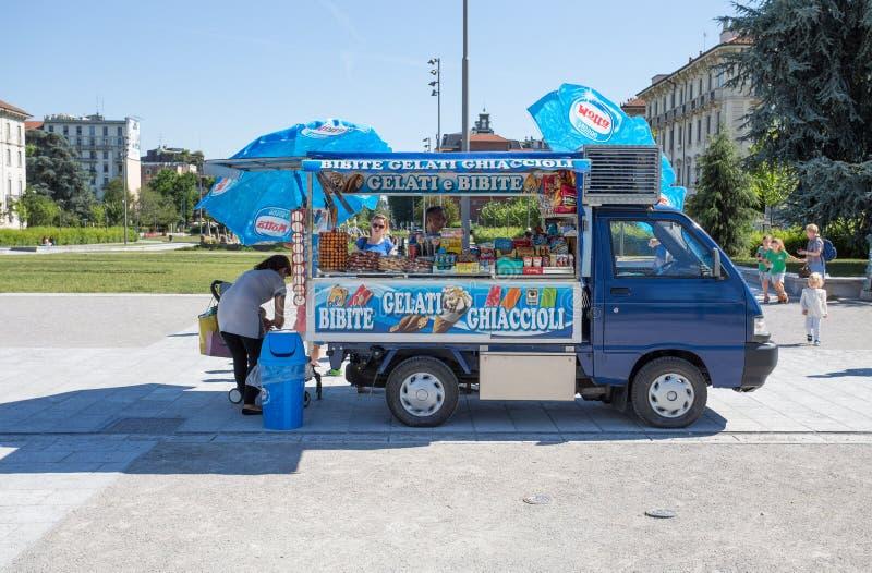 Малый фургон продает пить и мороженое на улицах центра милана, Италии стоковые фото