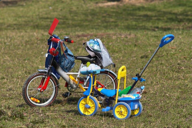 малыши велосипедов стоковые изображения rf