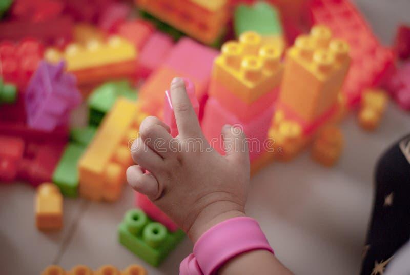 Малыши детей играют игрушки дома стоковая фотография rf