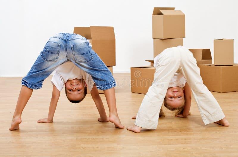 Малыши играя в их новом доме стоковые фото