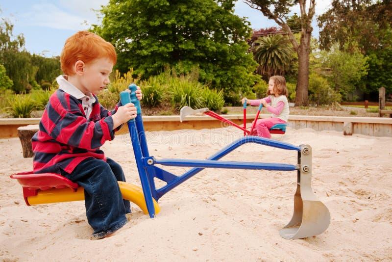 малыши играя sandpit стоковое фото