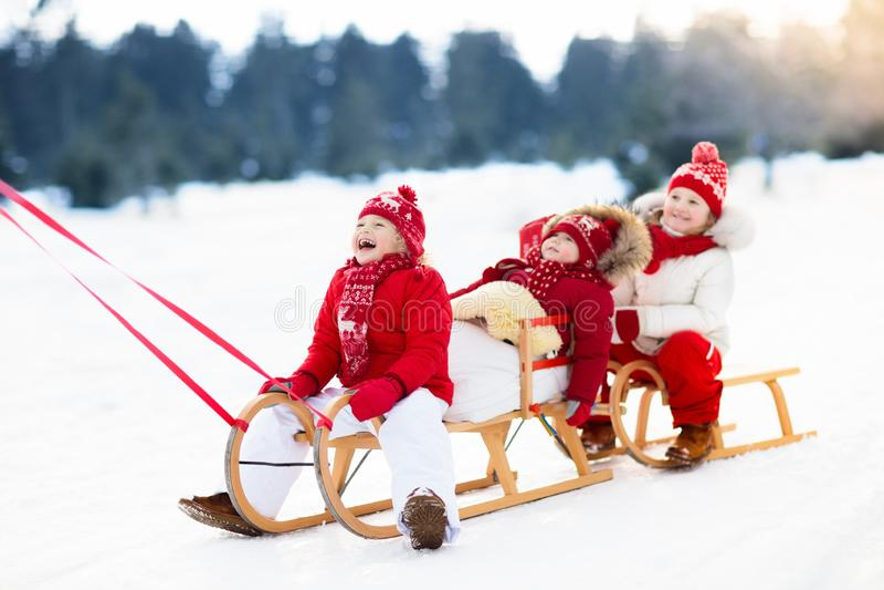 Малыши на санях Скелетон детей Потеха снега зимы стоковое фото rf