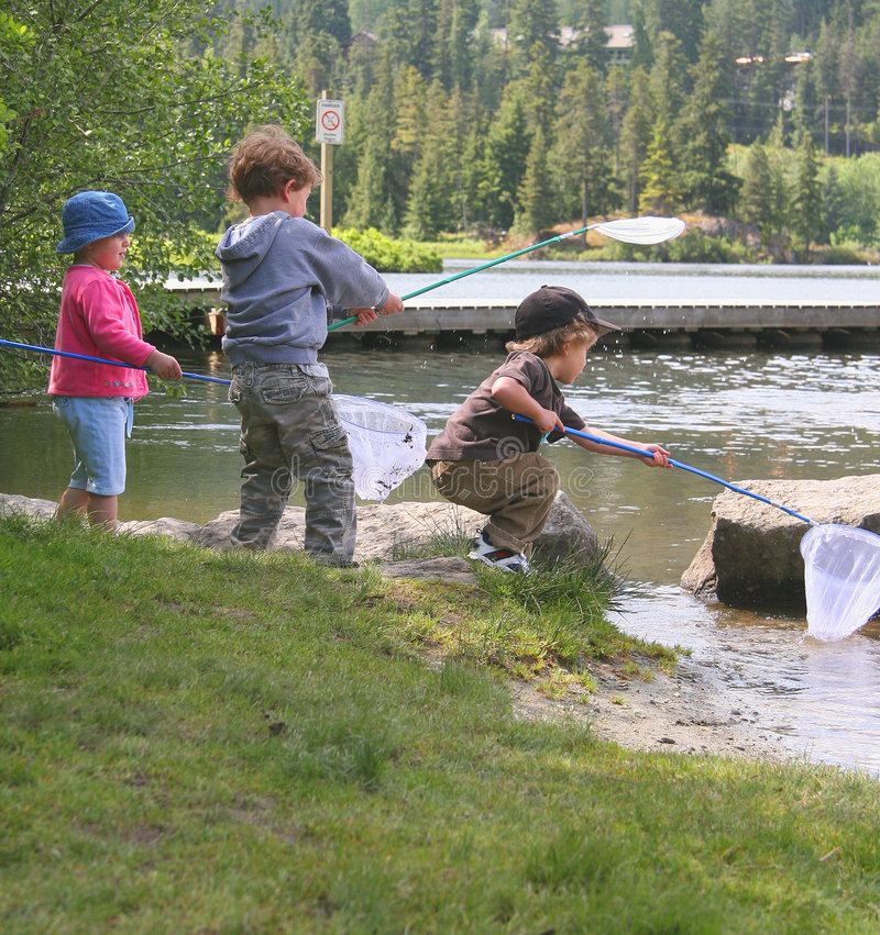 малыши рыболовства стоковое изображение
