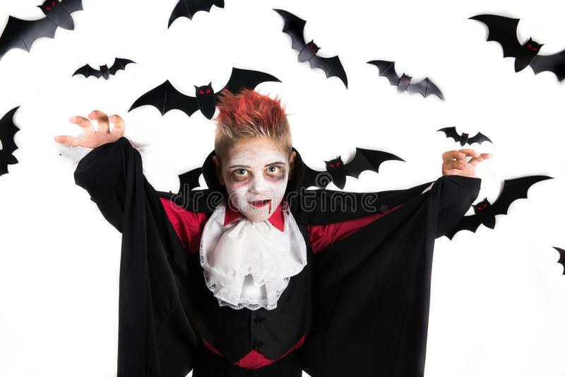 Малыши хеллоуина Пугающий мальчик с костюмом хеллоуина вампира Дракула, подготавливает для партии хеллоуина или заплаты тыквы стоковая фотография