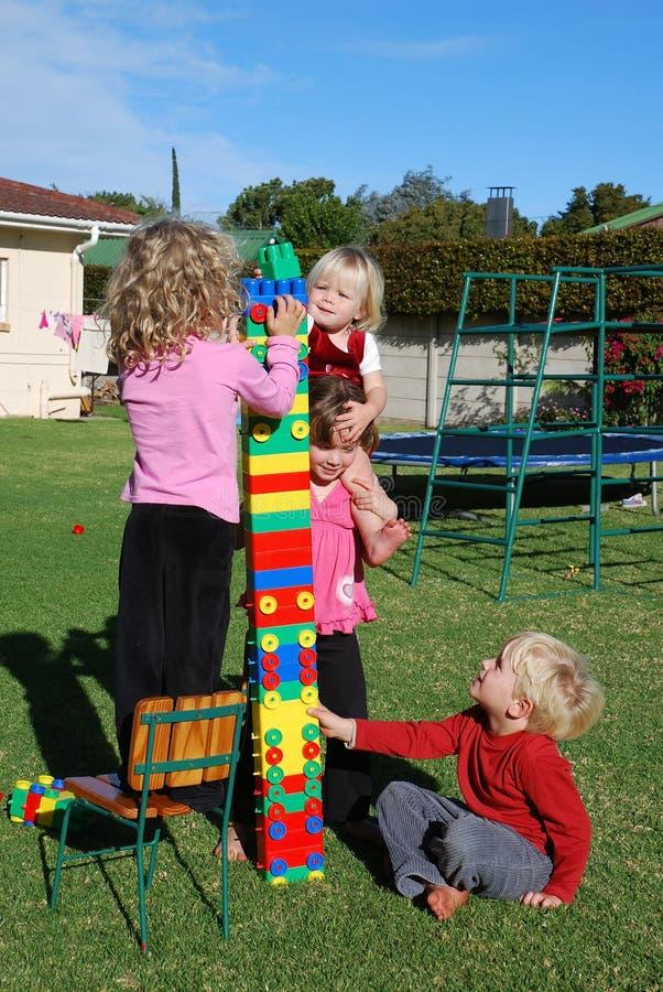 малыши outdoors играя стоковое фото rf