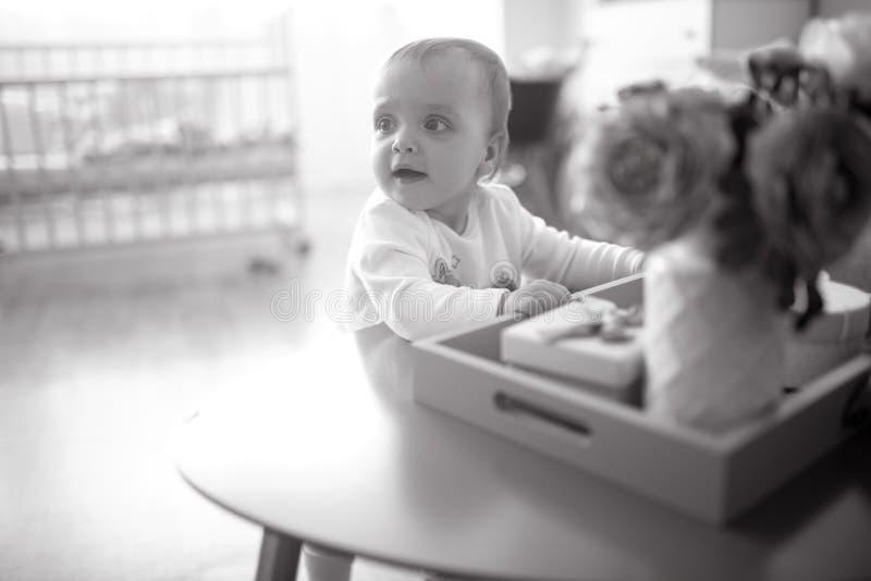 Малыш играет в питомнике стоковые изображения rf