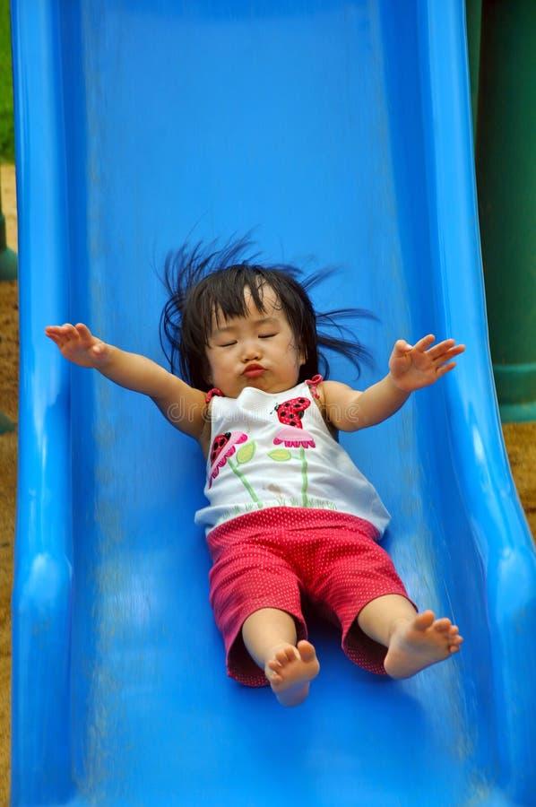 Малыш играет слайдер с активным движением стоковое изображение