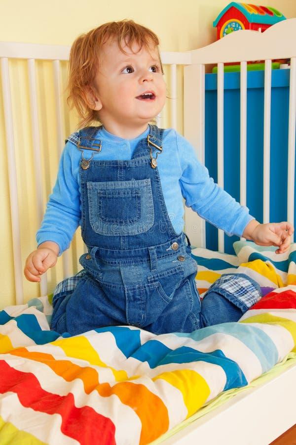малыш кроватки младенца счастливый сидя стоковое изображение rf