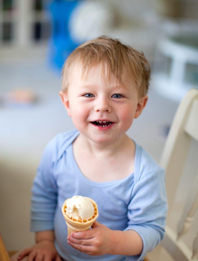малыш льда конуса cream милый стоковое изображение