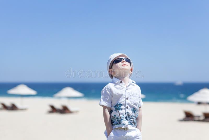 Малыш на пляже стоковые фото