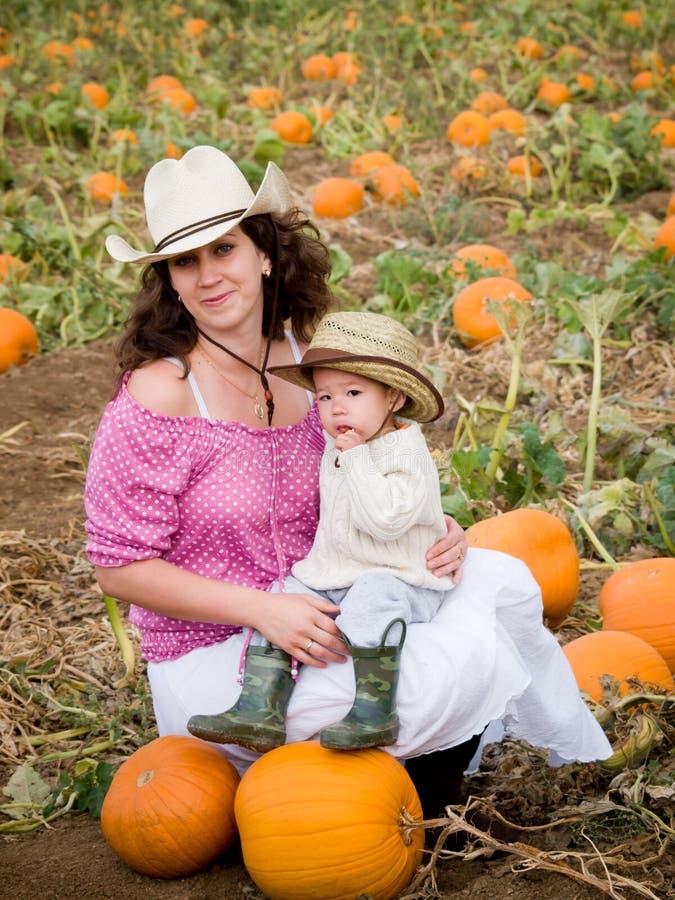 Малыш на ферме стоковые изображения rf