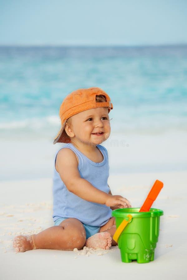 малыш пляжа играя песок стоковое изображение