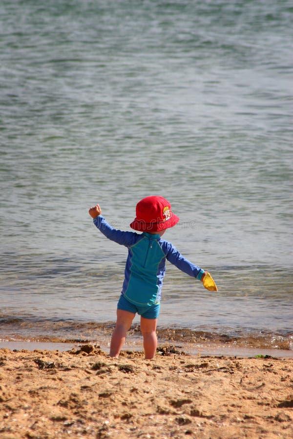 малыш пляжа стоковая фотография