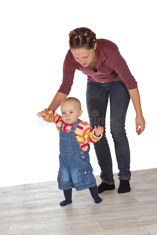 Малыш принимая свои первые шаги стоковые изображения