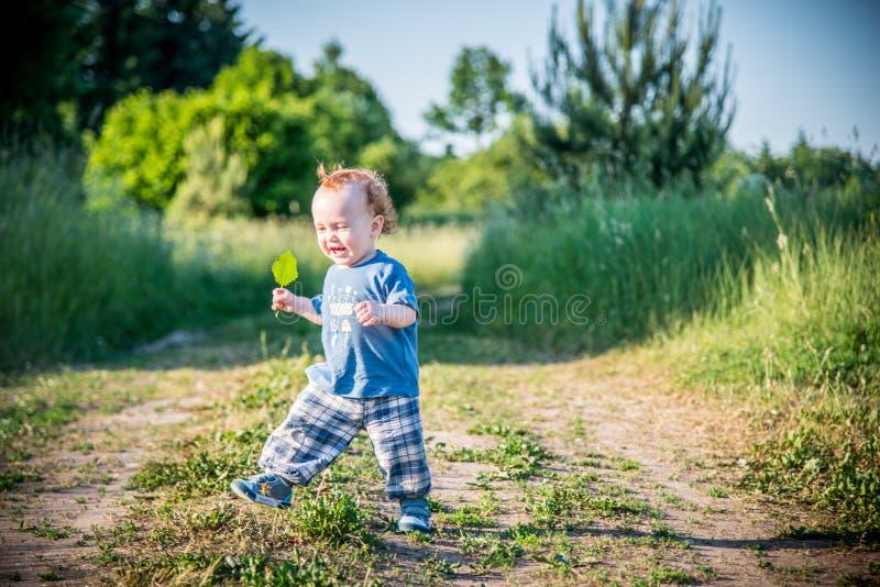 Малыш ребенк на дороге сельской местности стоковые изображения rf