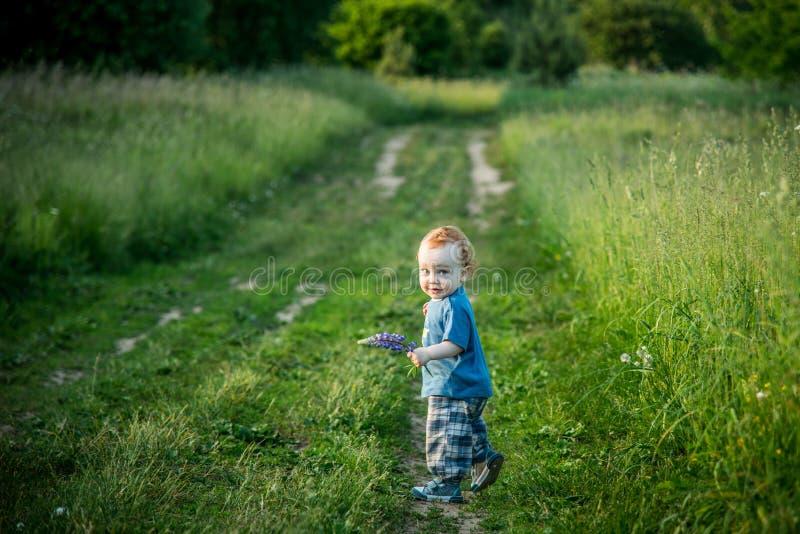 Малыш ребенк на дороге сельской местности стоковые изображения