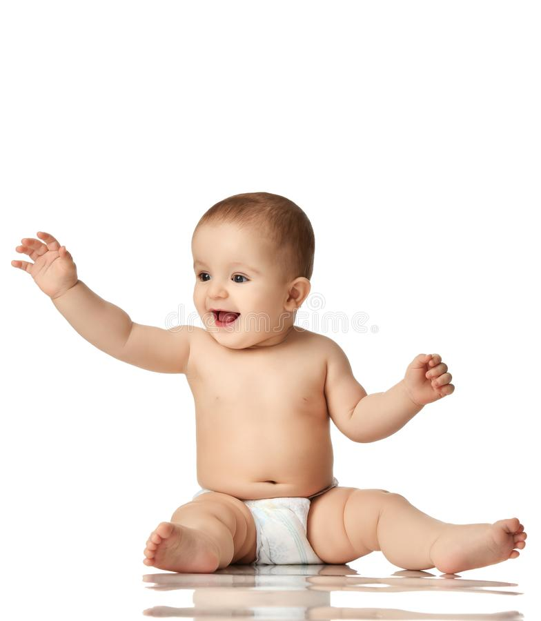 малыш ребенк ребёнка ребенка 8 месяцев младенческий сидя в пеленке думая счастливый изолированный смеяться над на белизне стоковая фотография