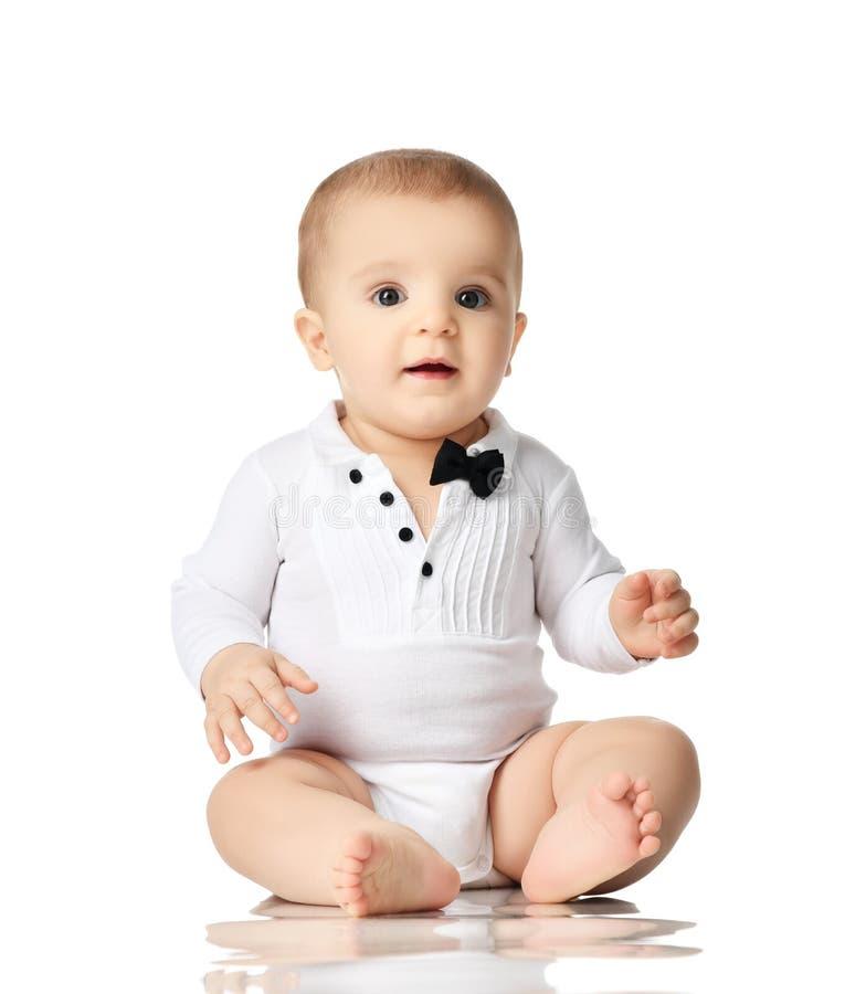 малыш ребёнка ребенка 8 месяцев младенческий сидя в белой изолированных рубашке и черном галстуке стоковая фотография
