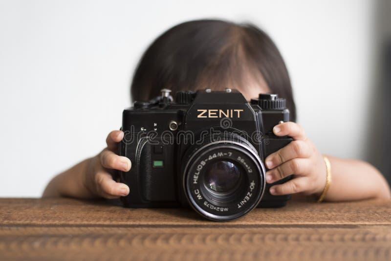 Малыш с камерой стоковые фото