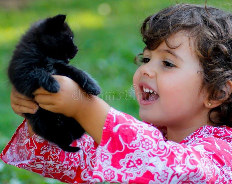 Малыш с котом стоковые изображения