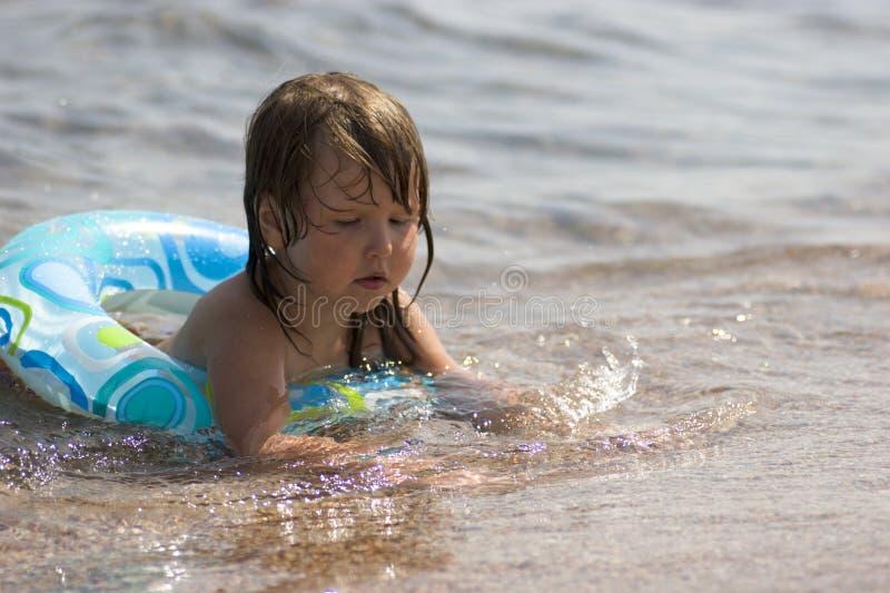 малыш томбуя играя песок стоковая фотография rf
