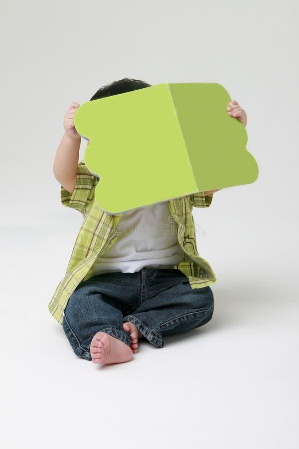 малыш чтения стоковые фотографии rf